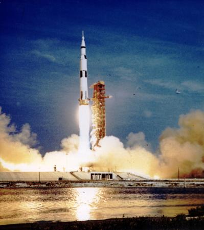 Saturn V beim Start von Apollo 11